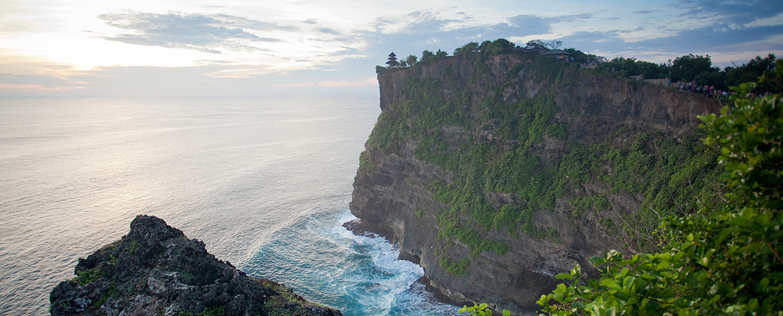 Západ slunce nad Uluwatu, Bali, Indonésie